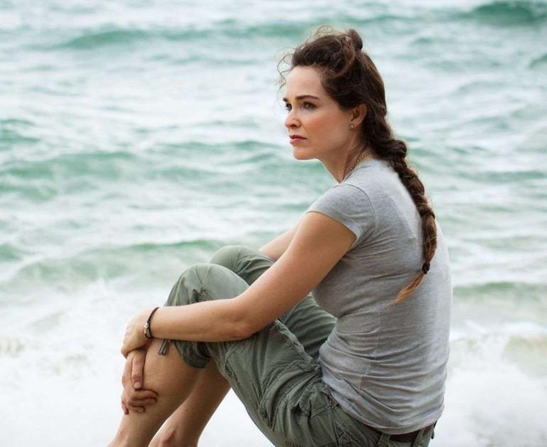 dalgın karşıları izleyen kadın