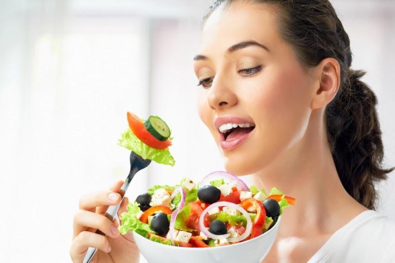 kadın ve salata
