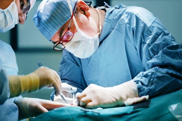 ameliyat yapan cerrah