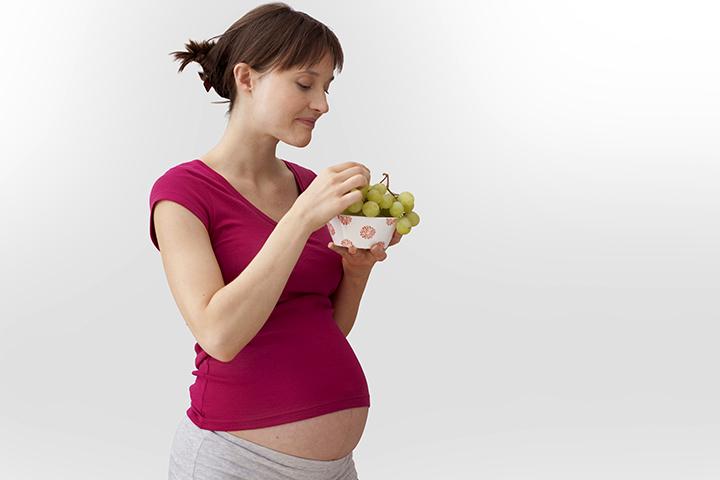 üzüm yiyen hamile kadın