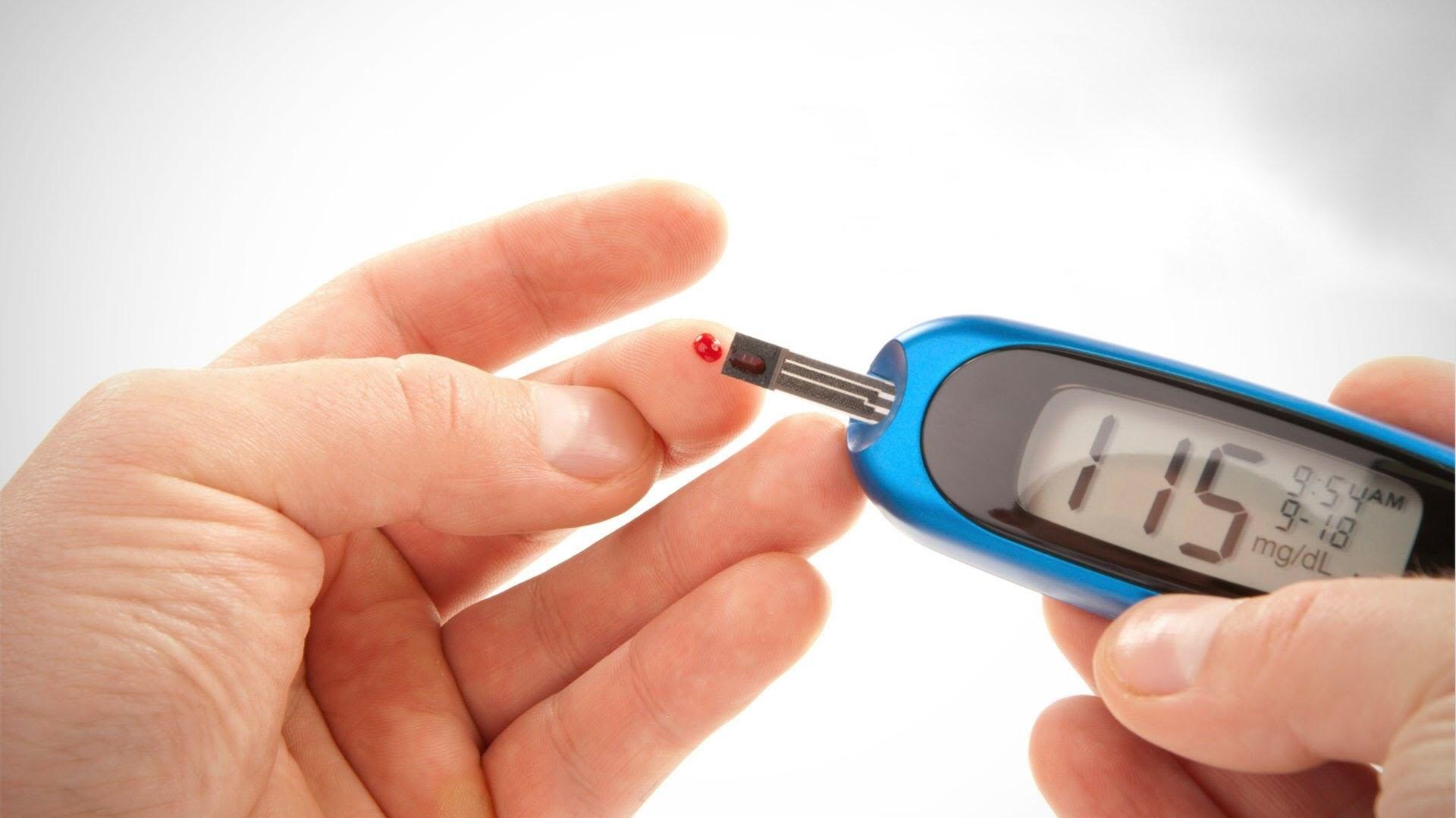 şeker ölçümü yapan hasta
