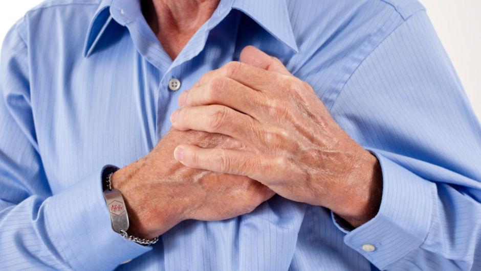 kalbi sıkışmış adam görseli