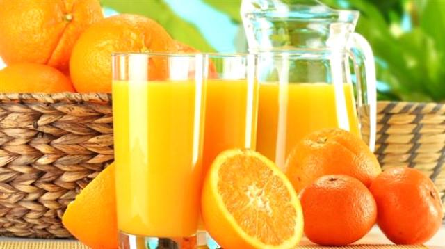 portakal suyu dolu bardak