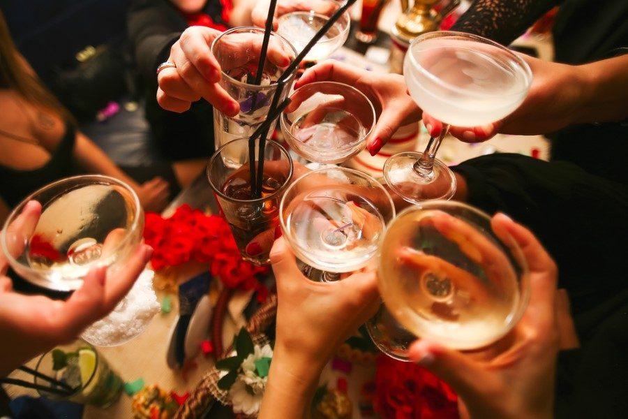 alkol kullanan insanlar