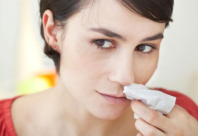 Burnunu tampon yapan kadın