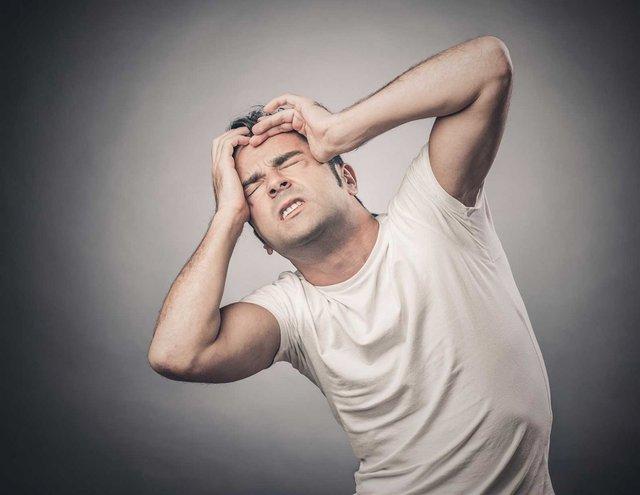 başı ağrıyan adam