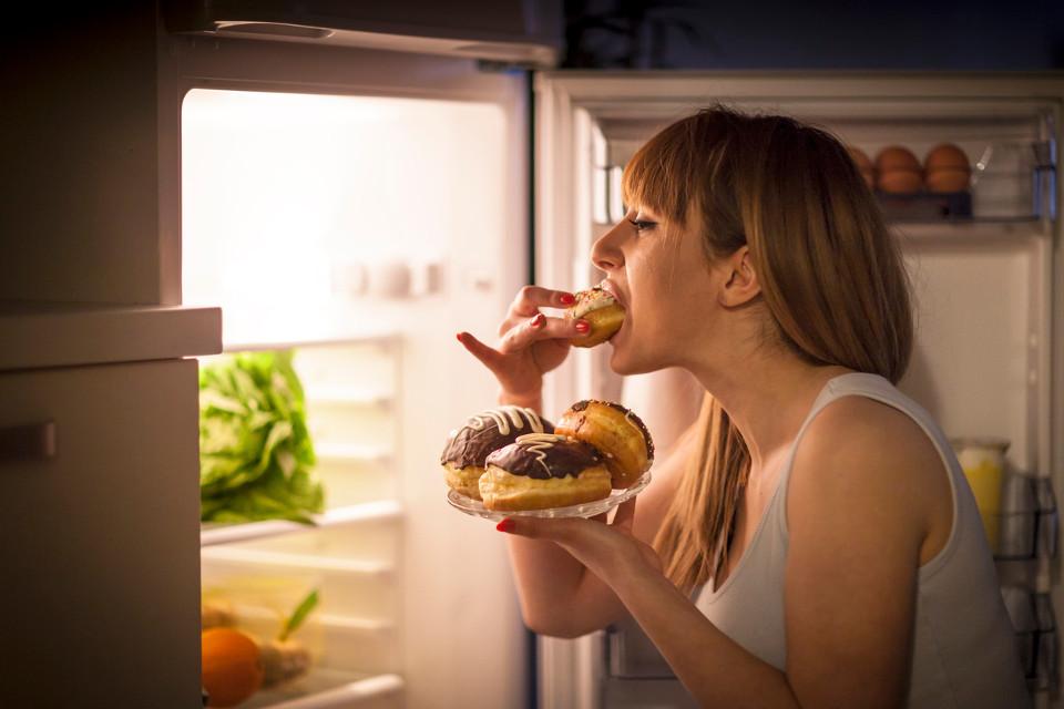 yemek yiyen kadın
