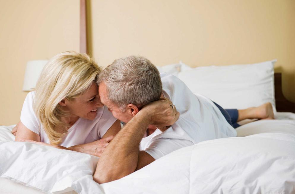 yatakta kadın ve erkek