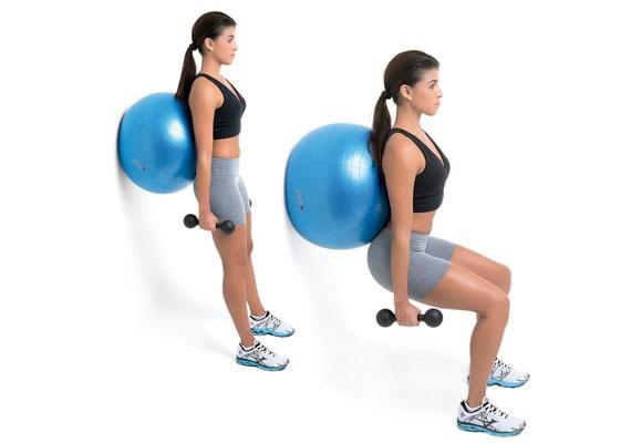 Pilates Topu ile Squat yapan kadın