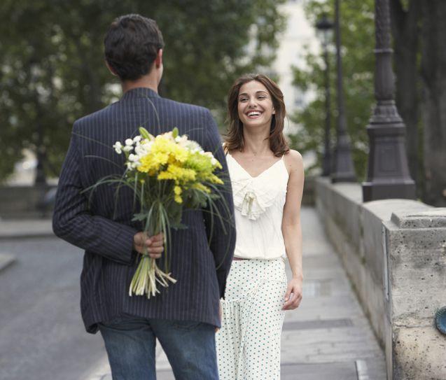 çiçek alan adam ve kadın
