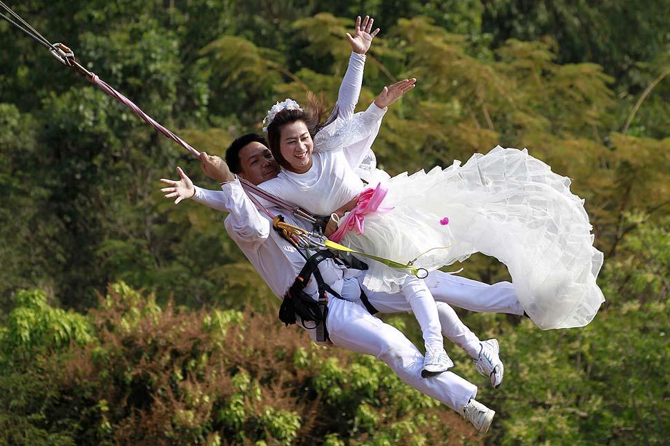bungee-jumping yapan evli çift