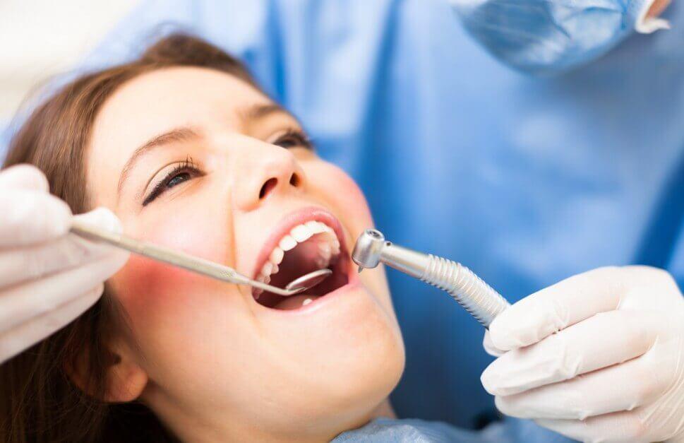 diş doktoruna giden kadın