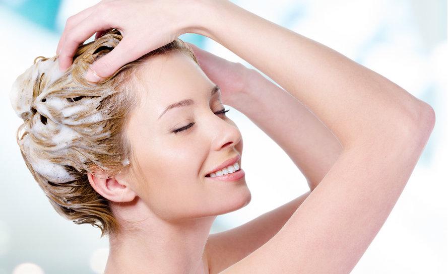 saç yıkayan kadın